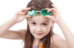 Jeune fille en maillot de bain et verres d'isolement sur le fond blanc Photographie stock libre de droits