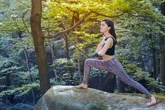 Jeune fille en montagnes faisant l'exercice de yoga extérieur photos libres de droits