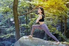 Jeune fille en montagnes faisant l'exercice de yoga extérieur photos stock