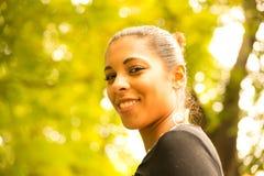 Jeune fille en parc Images libres de droits