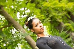 Jeune fille en parc Photographie stock libre de droits