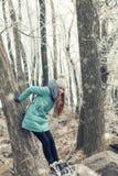 Jeune fille en parc d'hiver près de rivière Images stock