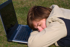 Jeune fille en sommeil en baisse Image libre de droits