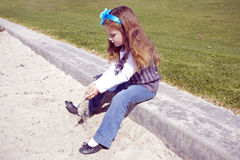 Jeune fille en stationnement Photos stock
