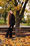 Jeune fille en stationnement d'automne Photo stock