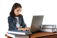 Jeune fille/enfant tapant sur l'ordinateur portable Image libre de droits