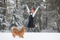 Jeune fille enthousiaste et heureuse sautant dans le ciel avec elle d'or Images stock