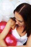 Jeune fille entourée par des ballons Images libres de droits