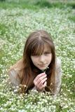 Jeune fille entourée avec beaucoup de fleurs blanches Photographie stock