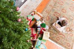 Jeune fille enveloppant ses cadeaux de Noël de famille photos stock