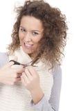 Jeune fille essayant de couper son cheveu Image libre de droits