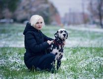 Jeune fille et chien de Dalmate Photo stock