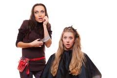 Jeune fille et coiffeur choqués Photographie stock