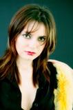 Jeune fille et couleurs avec le boa Photographie stock
