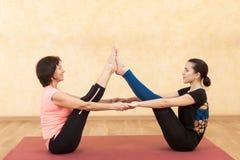 Jeune fille et femme mûre faisant le yoga photographie stock