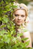 Jeune fille et fleurs dans son cheveu image stock