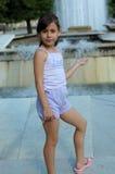 Jeune fille et fontaine d'eau Photo stock