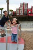 Jeune fille et garçon sur la cour de jeu Photos libres de droits