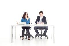 Jeune fille et garçon travaillant à leur bureau Photos stock