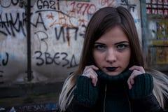 Jeune fille et graffiti Photographie stock
