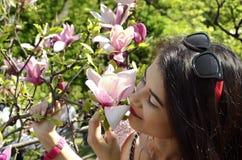 Jeune fille et magnolia photographie stock