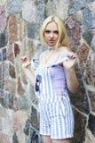 Jeune fille et mur de roche Image stock