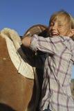 Jeune fille et poney heureux Photographie stock