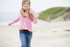 Jeune fille exécutant à la plage image stock