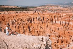 Jeune fille explorant Bryce Canyon Image libre de droits