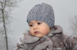 Jeune fille extérieure pendant l'hiver Photographie stock