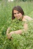Jeune fille extérieure avec le renivellement doux. Images stock