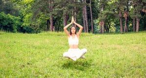 Jeune fille faisant de la lévitation en position de yoga, méditation images stock