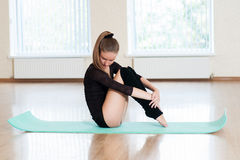 Jeune fille faisant des exercices dans la classe de danse Images stock