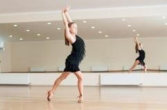 Jeune fille faisant des exercices dans une classe de danse Photographie stock libre de droits