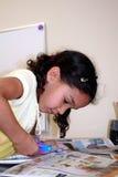 Jeune fille faisant des métiers images stock
