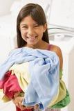 Jeune fille faisant la blanchisserie photographie stock libre de droits
