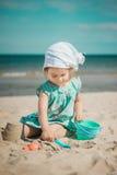 Jeune fille faisant le château de sable sur la plage Image libre de droits