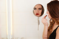 Jeune fille faisant le maquillage Photo stock