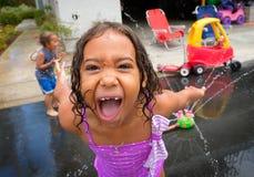 Jeune fille faisant le visage drôle tout en jouant Images libres de droits