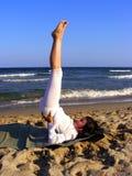 Jeune fille faisant le yoga Images libres de droits