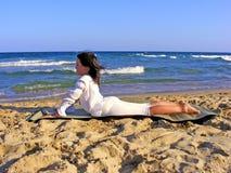Jeune fille faisant le yoga Images stock