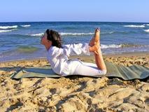 Jeune fille faisant le yoga Photographie stock libre de droits