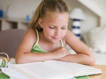 Jeune fille faisant son travail Image stock