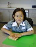 Jeune fille faisant un sandwich. Images stock