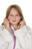 Jeune fille feignant pour être un docteur images stock
