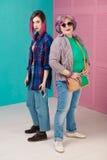 Jeune fille, femme supérieure dans des vêtements colorés et coiffure gratte-culs photos stock
