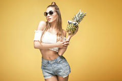 Jeune fille folle avec des ananas Photographie stock libre de droits