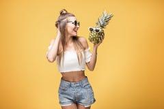 Jeune fille folle avec des ananas Images libres de droits