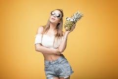 Jeune fille folle avec des ananas Image stock