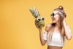 Jeune fille folle avec des ananas Images stock